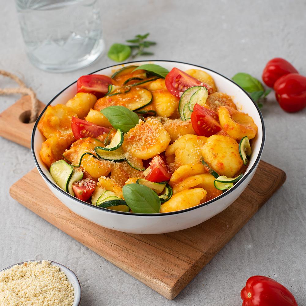 Gnocchi in einer cremigen Paprika-Sauce serviert